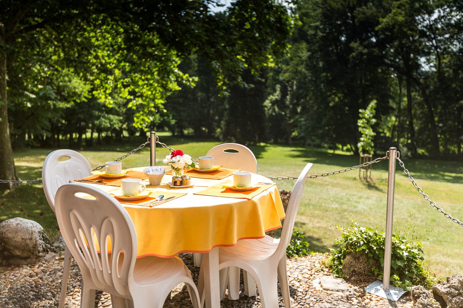Hotel-Moulins-Terrasse-Petit-Dejeuner